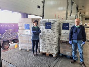 Hermanos García Calero junto donación alimentos